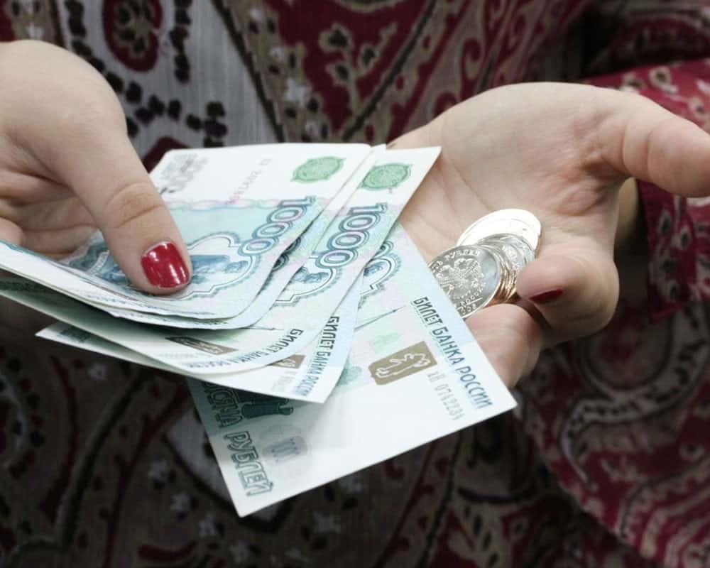 Кому изпенсионеров положены 2000 рублей напродукты