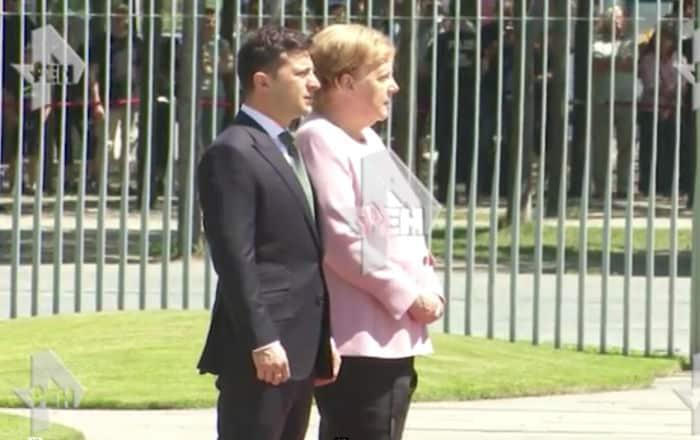 Меркель бьётся в конвульсиях: Зеленский молча стоит рядом