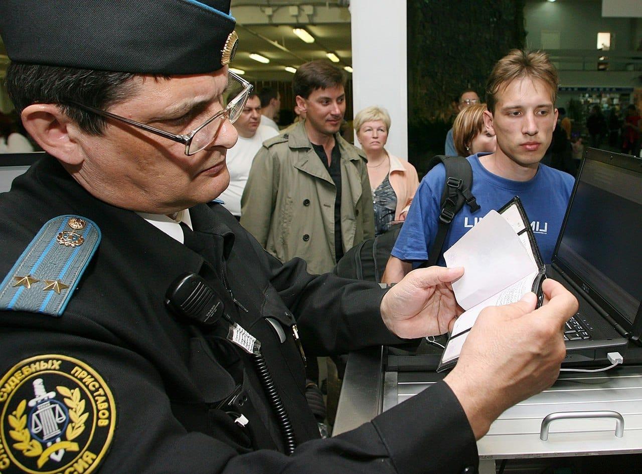 С каким долгом не пустят за границу в 2019 году: за штрафы ГИБДД, просроченные налоги и задолженности по алиментам