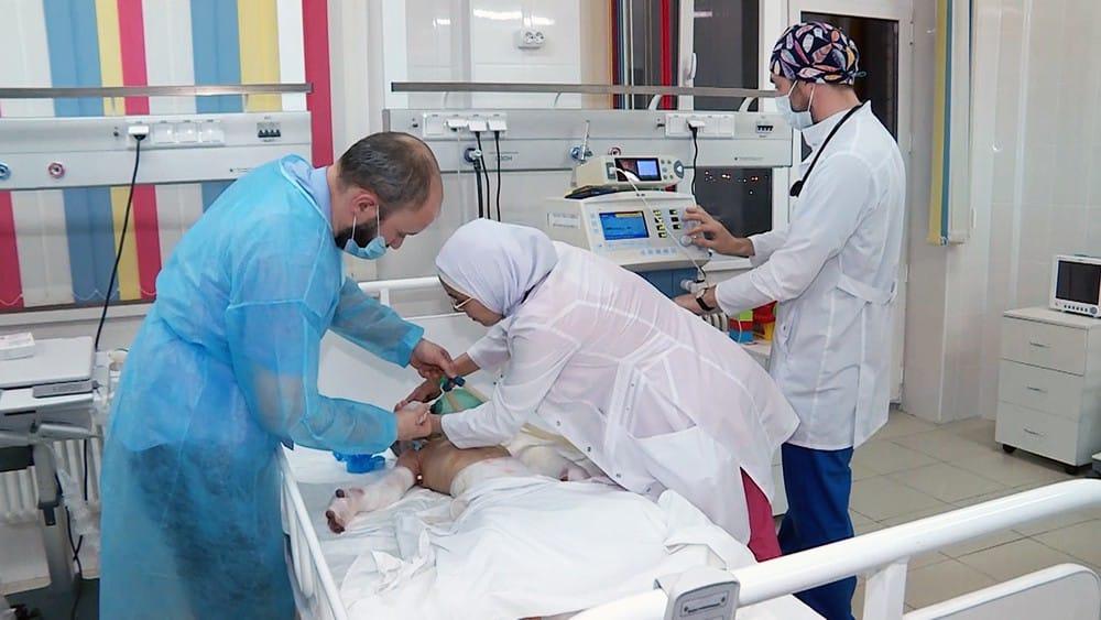 Как себя чувствует Аиша Ажигова: девочке спасли руку, что с ней произошло