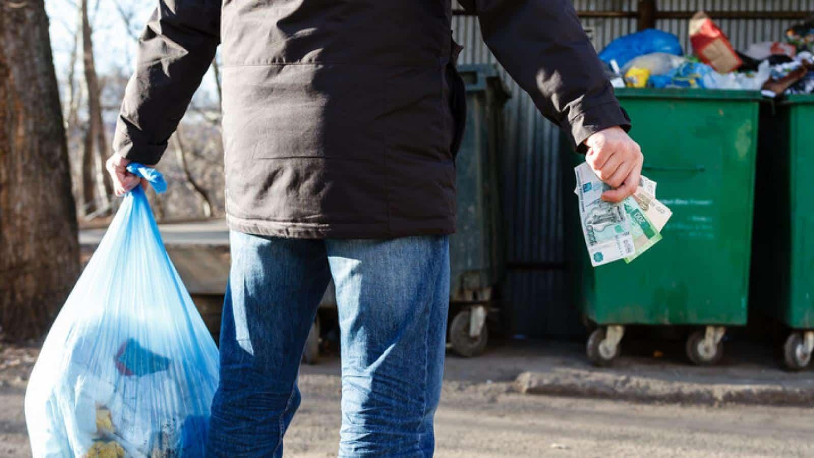 Льготы на вывоз мусора для пенсионеров старше 80 лет и инвалидов: какие положены и в каких размерах, как оформить