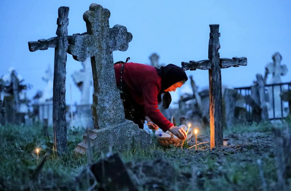 Нужно и можно ли ходить на кладбище в день рождения умершего: что говорит церковь, народные обычаи