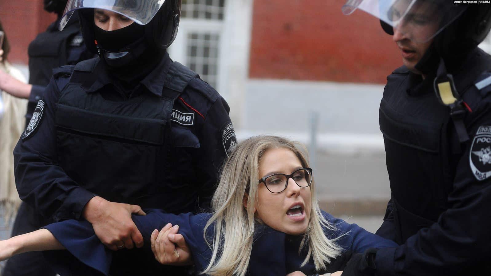 За что задержана Любовь Соболь: отпустили или нет, видео побега из автозака, последние новости