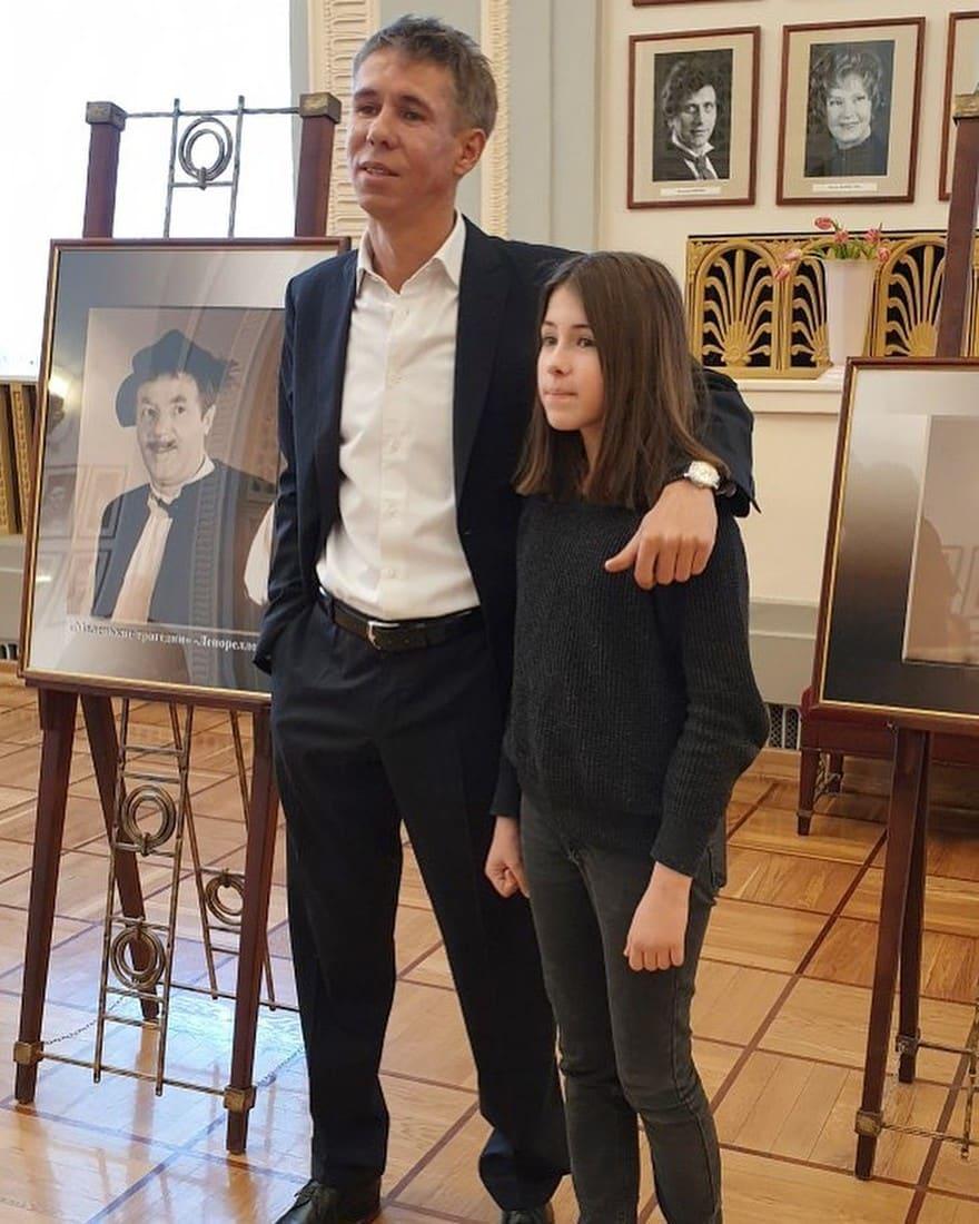 Алексей Панин позволяет курить своей 10-летней дочке