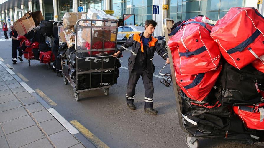Грузчики в Шереметьево стали получать по 200 тыс. рублей из-за проблем с багажом