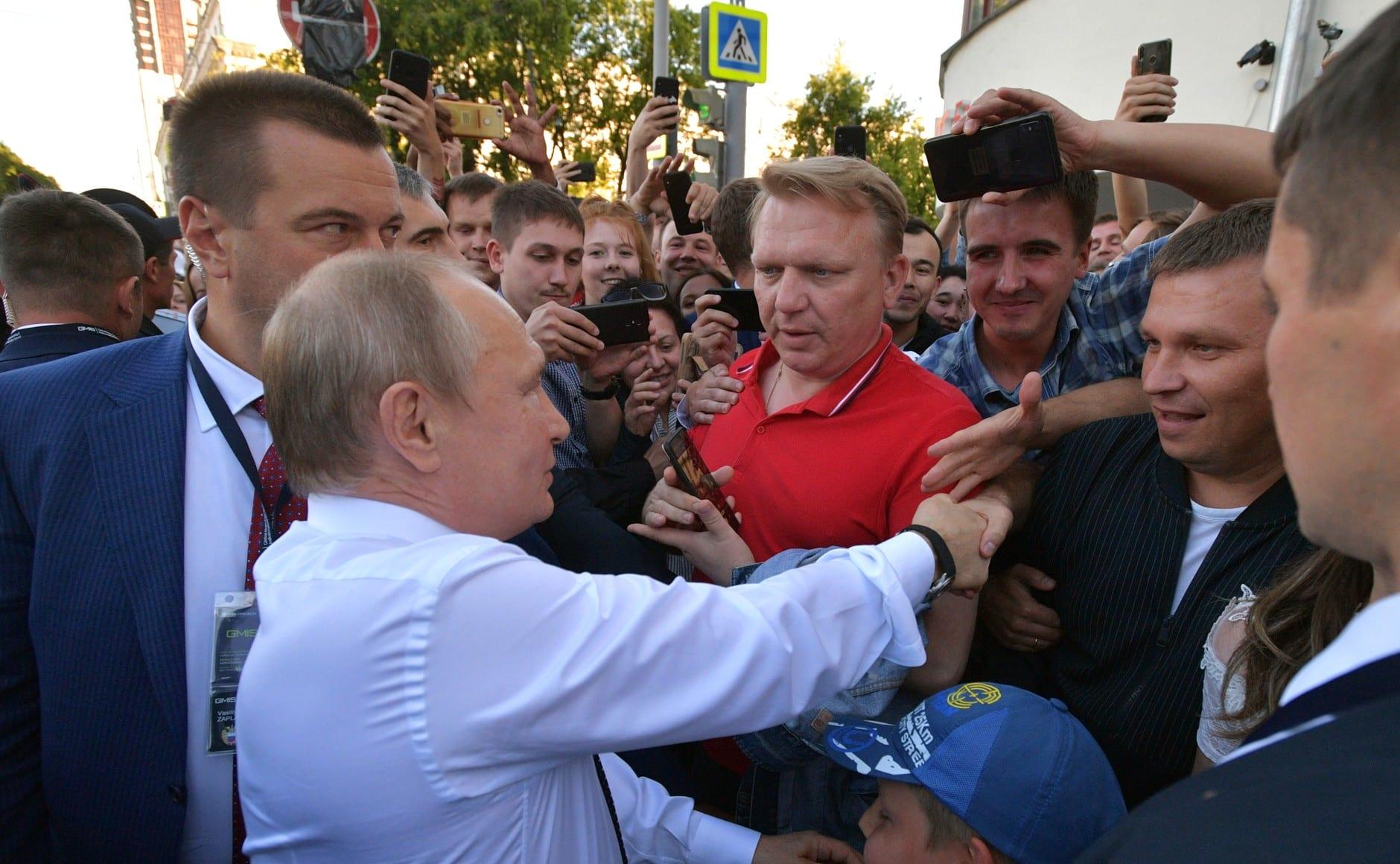 В Екатеринбурге девушка бросилась под кортеж Путина, заставив президента остановиться (ВИДЕО)