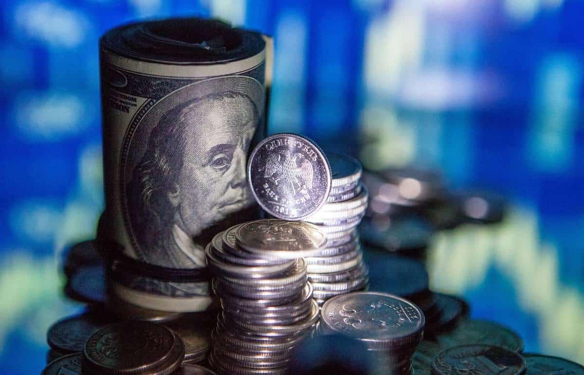 Почему падает цена на нефть сегодня в России: причины, что будет с рублём