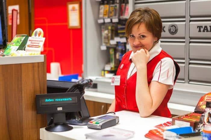 Зачем кассиры надрывают чек в магазинах: когда это правило было отменено