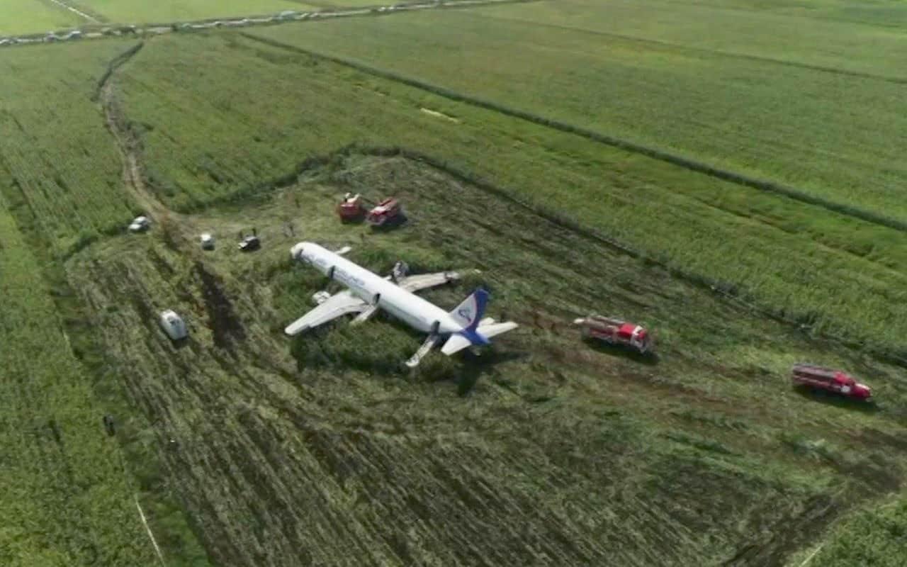 Самолет совершил жесткую посадку на кукурузное поле: СМИ восхищены героизмом пилотов А321