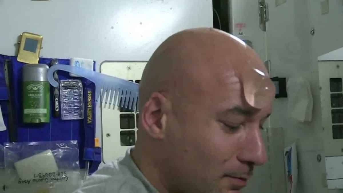 Космонавты МКС жалуются на отсутствие душа: как принимают душ в космосе