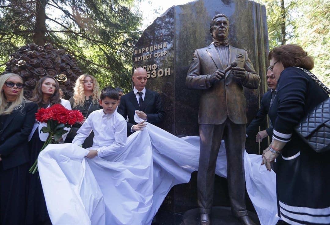 Памятник на могиле Кобзона, установили на Востряковском кладбище: фото, почему он там похоронен