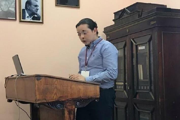 Зачем учитель в Ростове-на-Дону ходит в школу с маникюром: претензии родителей, реакция руководства