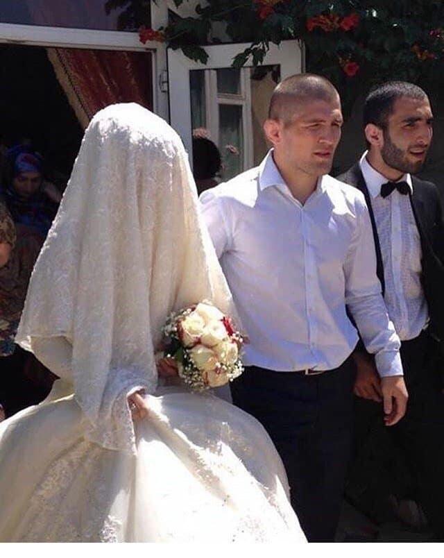 На ком женат Хабиб Нурмагомедов, почему женщина скрывает свое лицо?