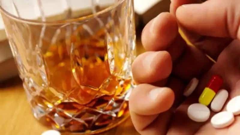 Медики назвали таблетки, не совместимые с алкоголем: список таблеток какие лучше не смешивать