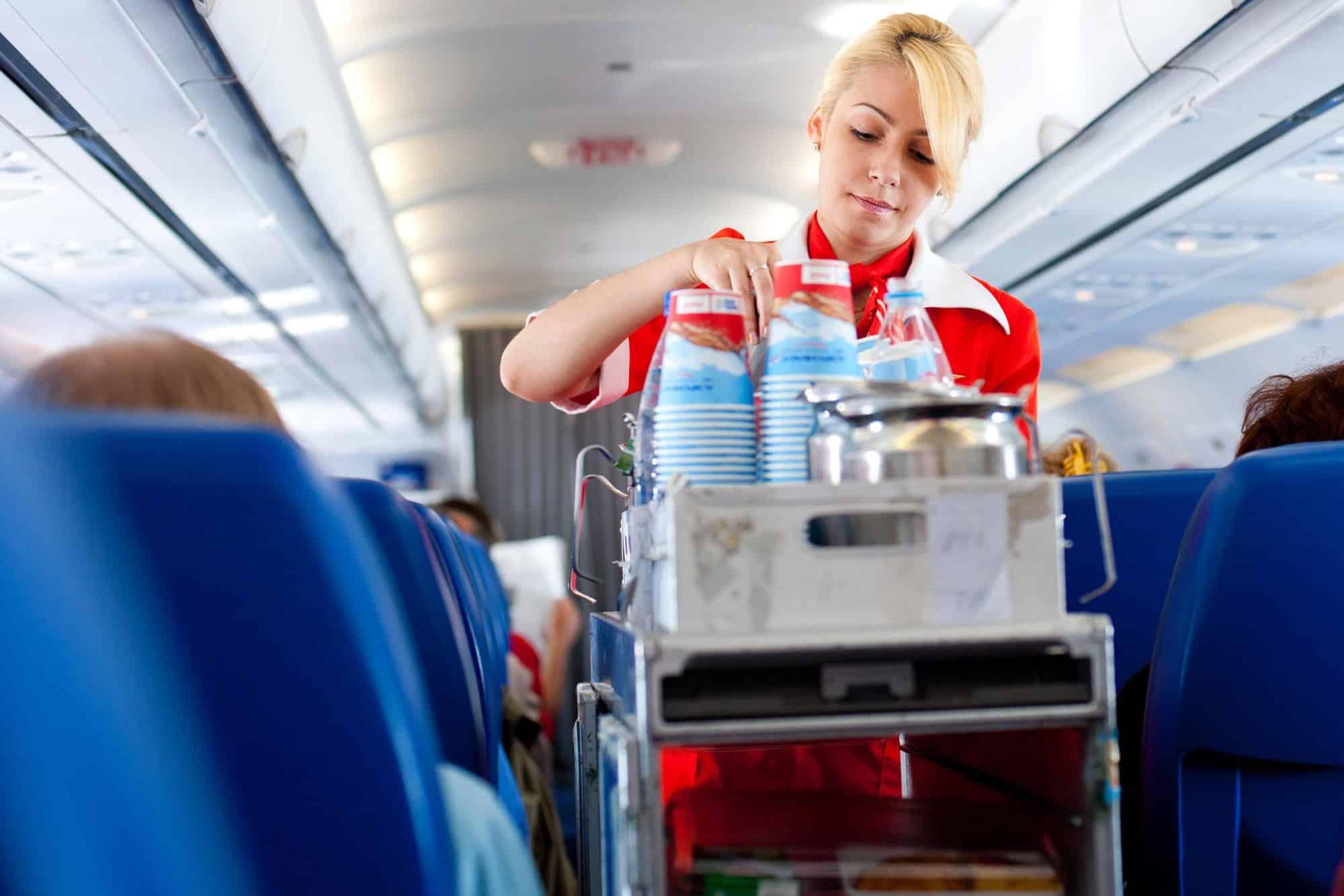 Почему в самолете перестают кормить своих пассажиров: список перевозчиков, которые не кормят пассажиров
