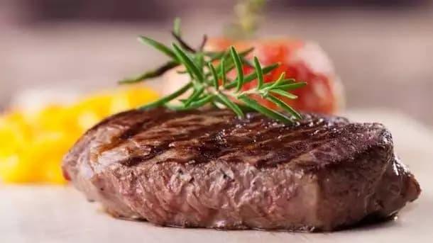 Мясо стволовых клеток: плюсы и минусы, когда заменит натуральное