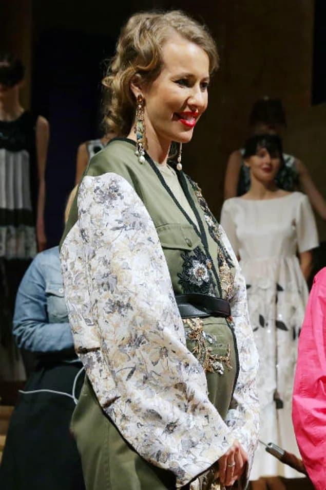 Ксения Собчак ждёт ребенка правда или нет: беременность, фото с животом, зачем прячет, доказательства и какой срок