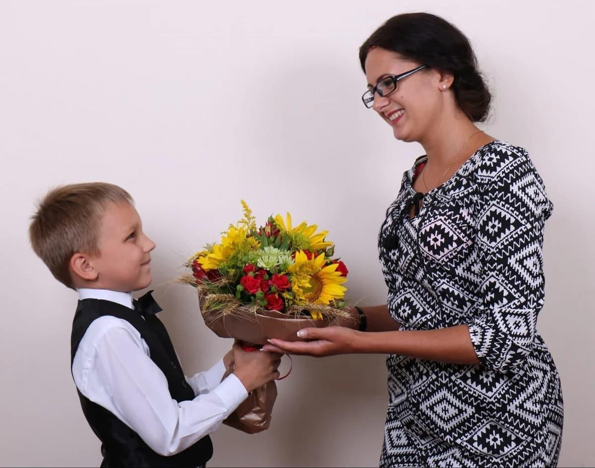 День учителя в 2019 году: история праздника, что подарить учителю, классному руководителю