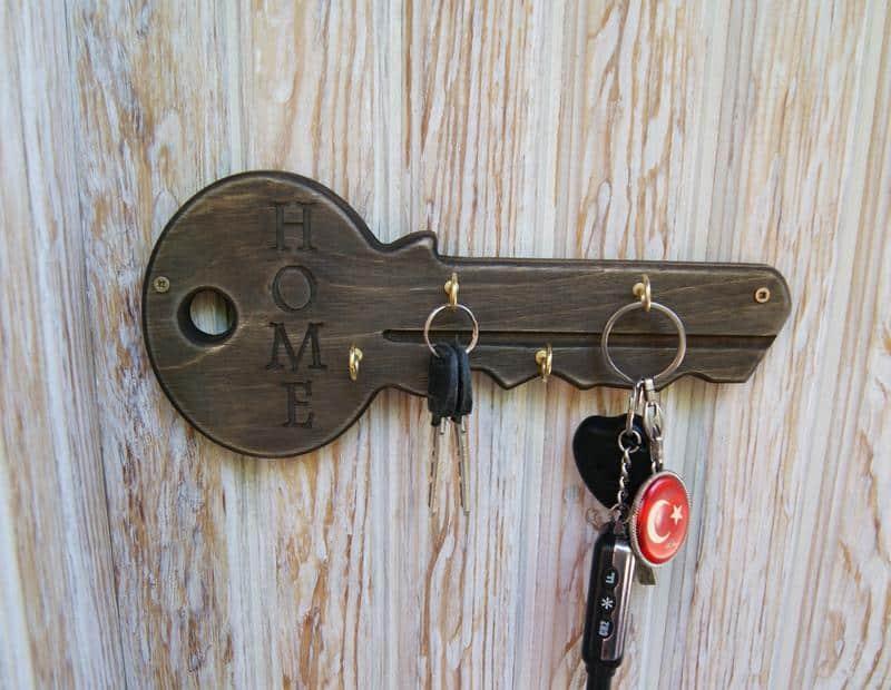 Можно ли оставлять ключи на столе: что означает примета
