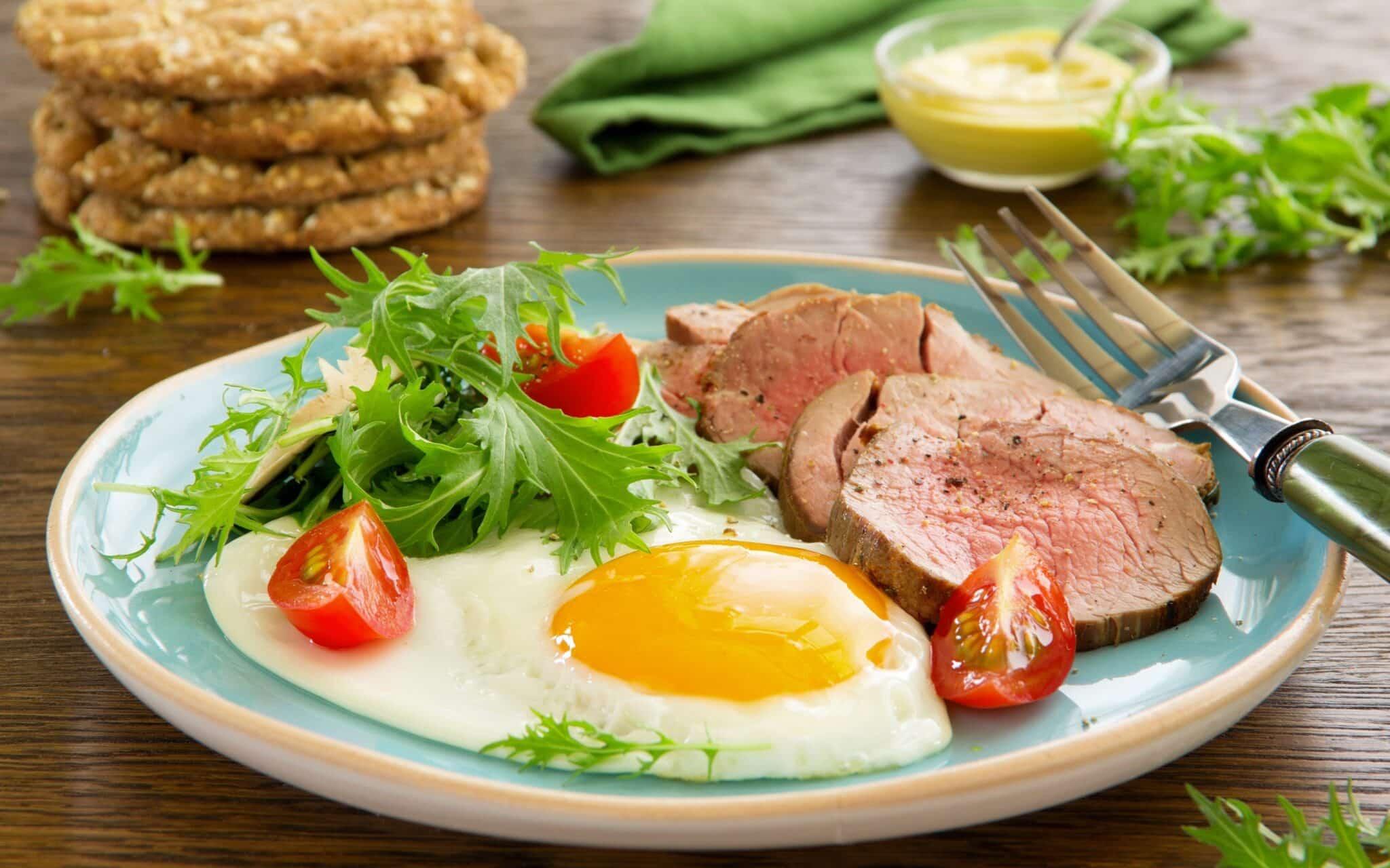 Продукты, которые вредно употреблять рано утром: каким должен быть завтрак
