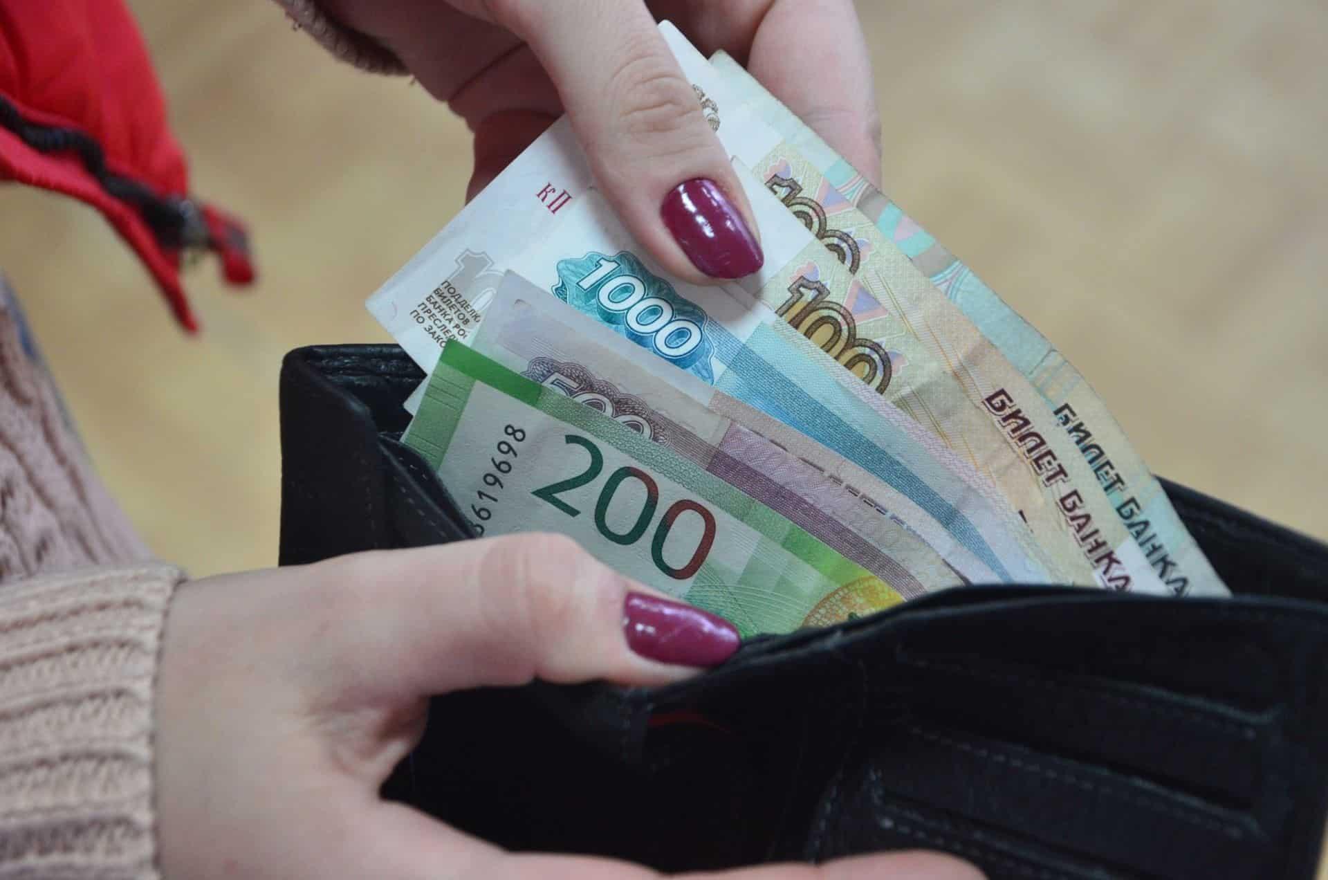 Зарплату бюджетникам индексируют с начала октября 2019: сумма, на сколько поднимут