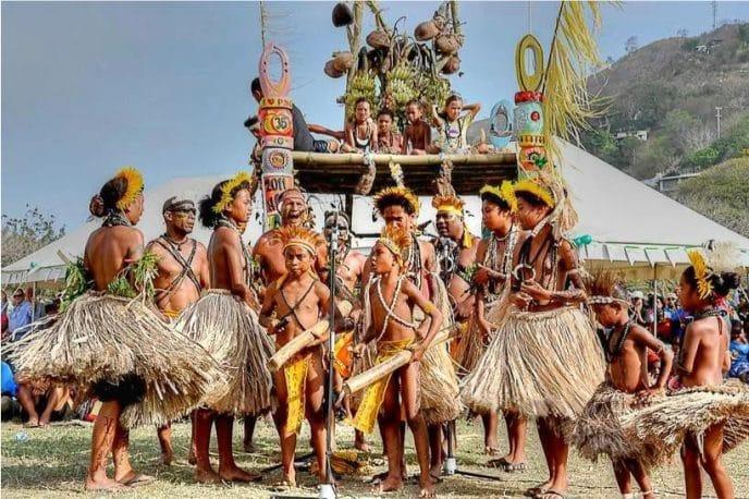 Удивительное племя кубу: замуж в 10 лет, охотники и атеисты, стареющие в 20 лет