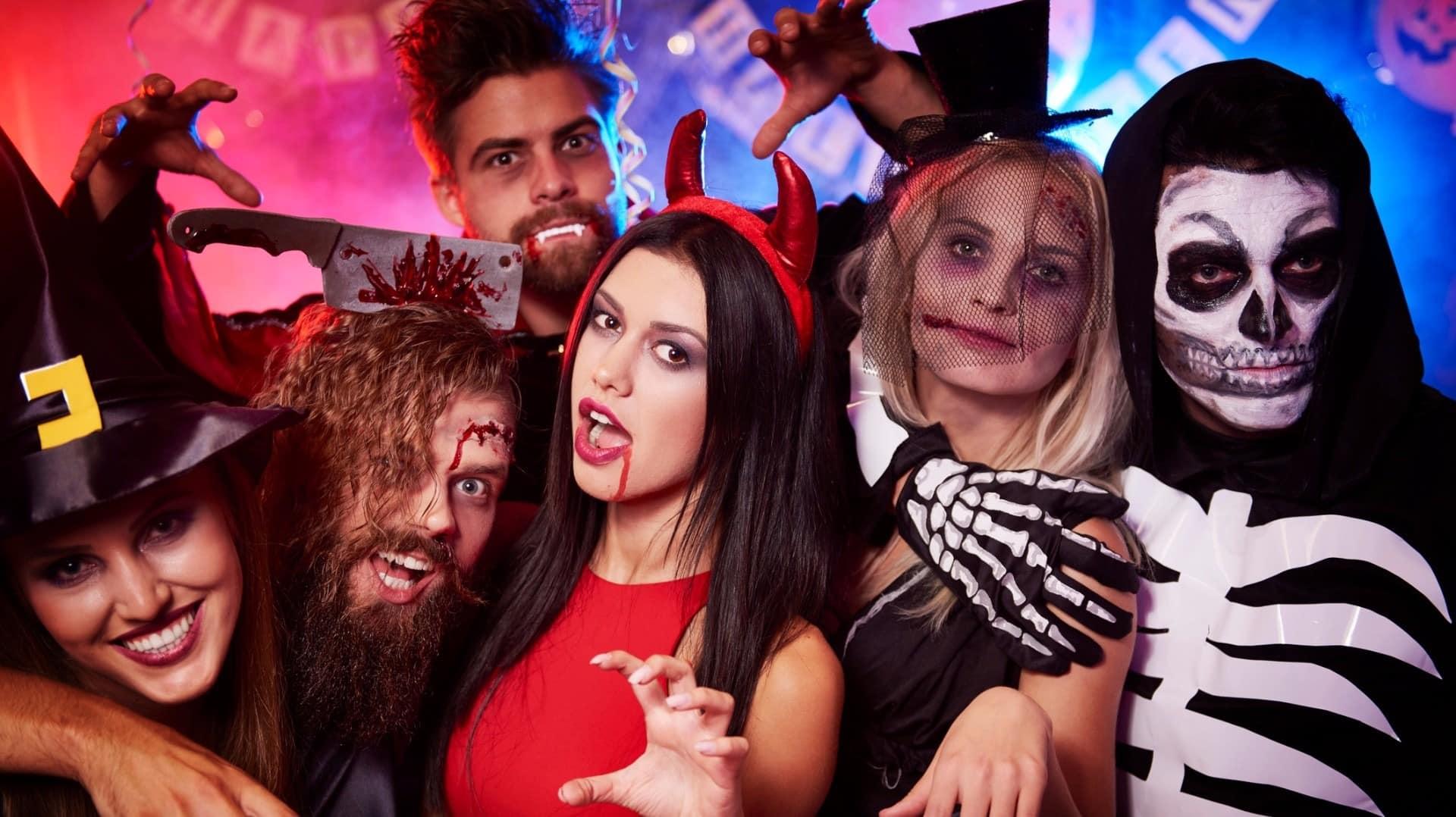 Как проводят Хэллоуин в России и во всем мире в 2019 году: костюмы, традиции и атрибуты