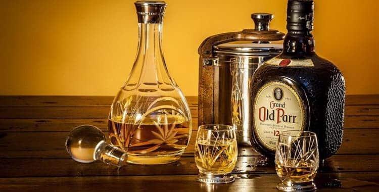 Как нужно пить водку и виски: чем лучше закусывать, в чем разница, варианты закусок, правила употребления