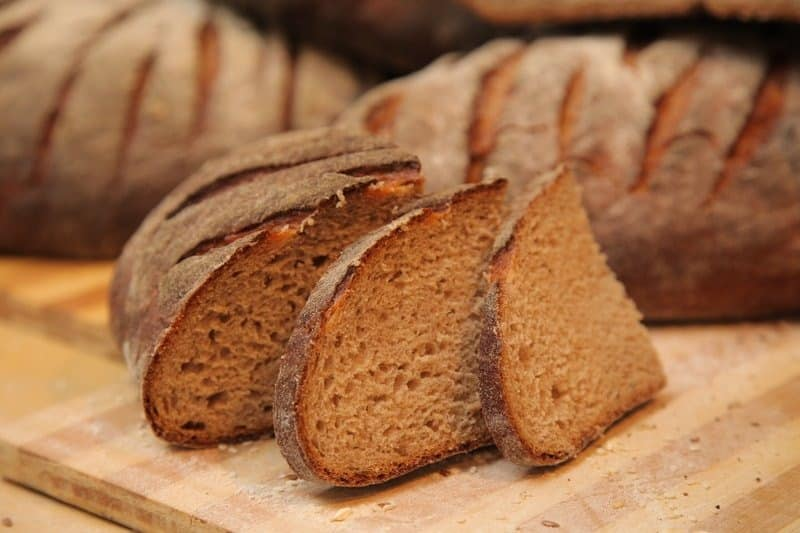 Почему нельзя выбрасывать хлеб в мусор: народные приметы о хлебе, обычаи связанные с хлебом