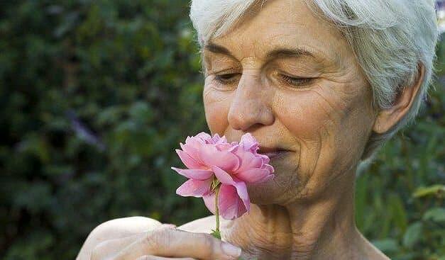 Почему старые люди плохо пахнут: причины появления запаха старости