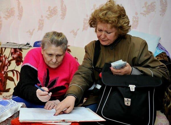 Какие пенсионеры получат в соцзащите 2000 рублей