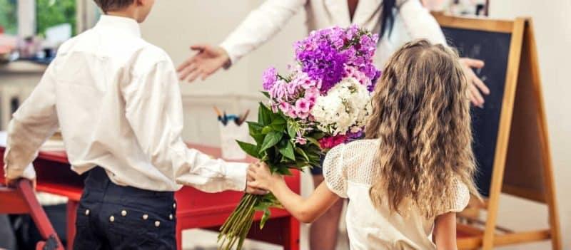 Подарить деньги на день Учителя: можно или нет по закону, что подарить учителю