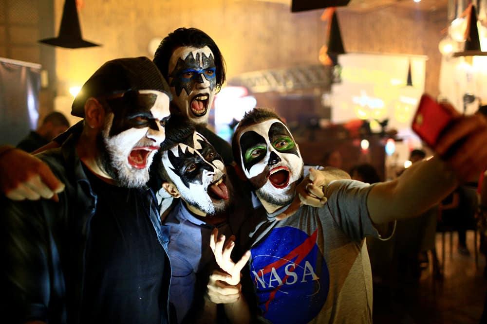 Откуда пошла традиция наряжаться в жуткие костюмы на Хэллоуин
