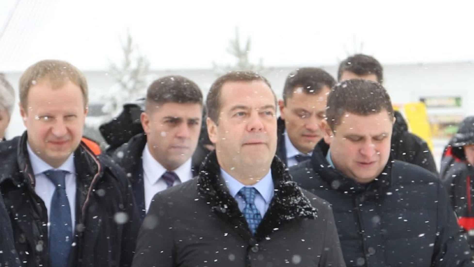 Почему пенсионерка упала на колени перед премьер-министром Медведевым