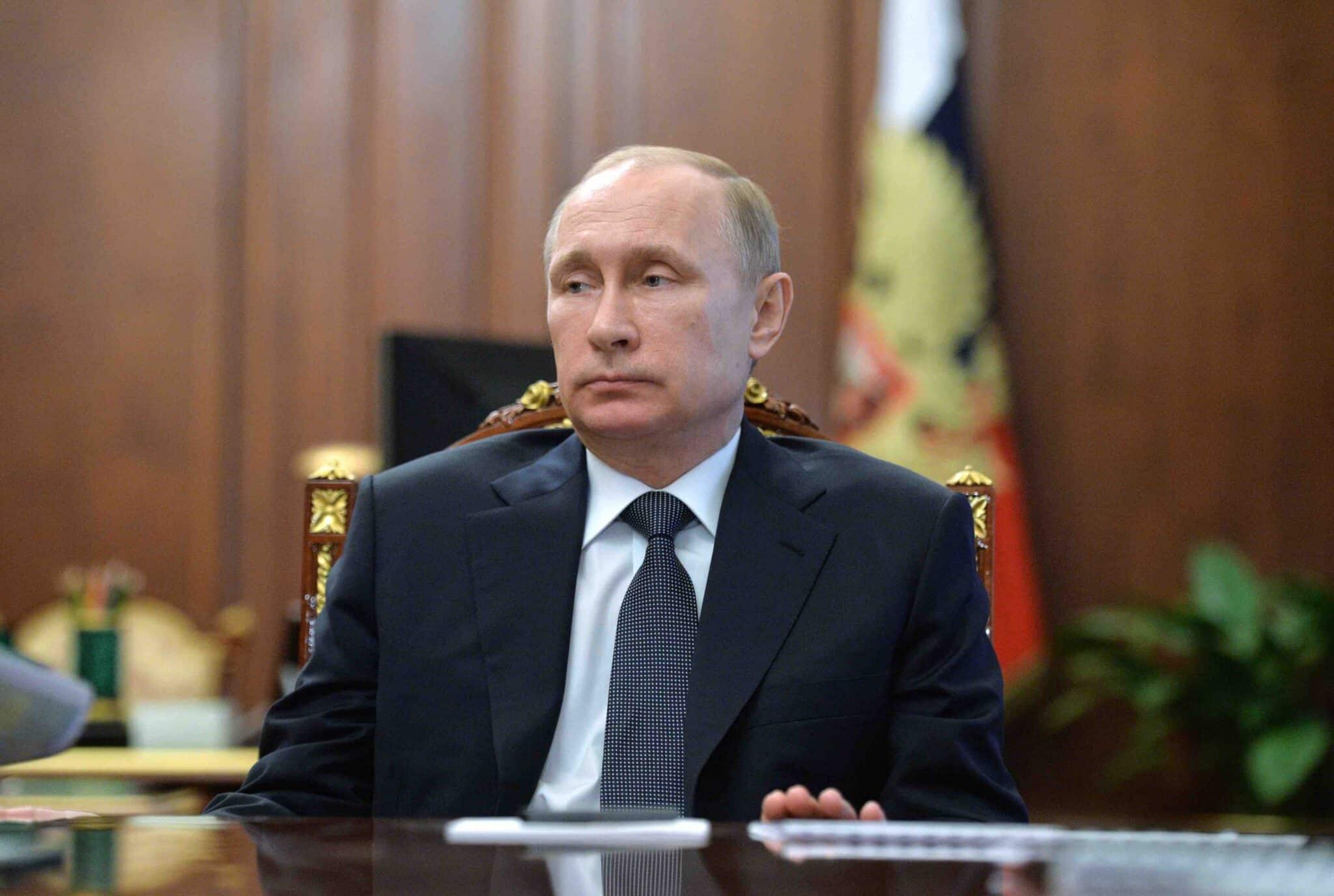 Каких ходов ждать от Кремля: политологи ищут информацию о смене власти между строк