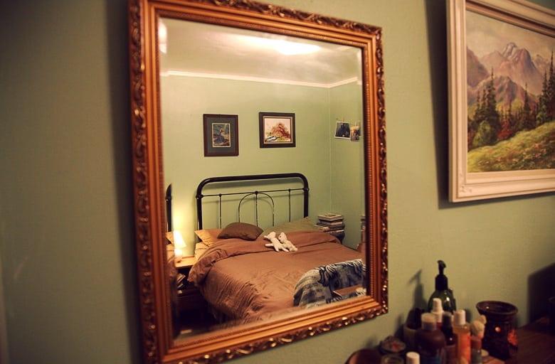 Почему нельзя спать напротив зеркала: из-за чего появился этот запрет