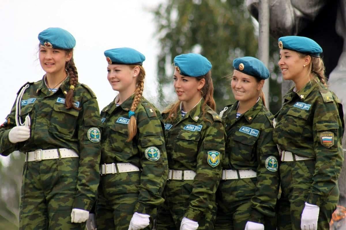 Служба девушек в армии до 23 лет: был ли принят закон о призыве женщин, не имеющих детей