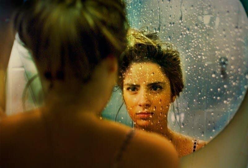 Можно ли плакать, перед зеркалом и глядя в зеркало: приметы и суеверия