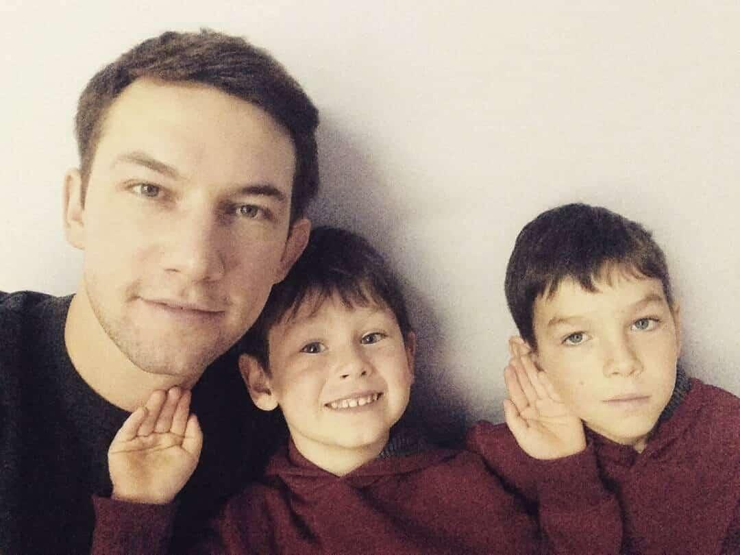 Кирилл Емельянов десять лет платил алименты ребенку, которого считал родным