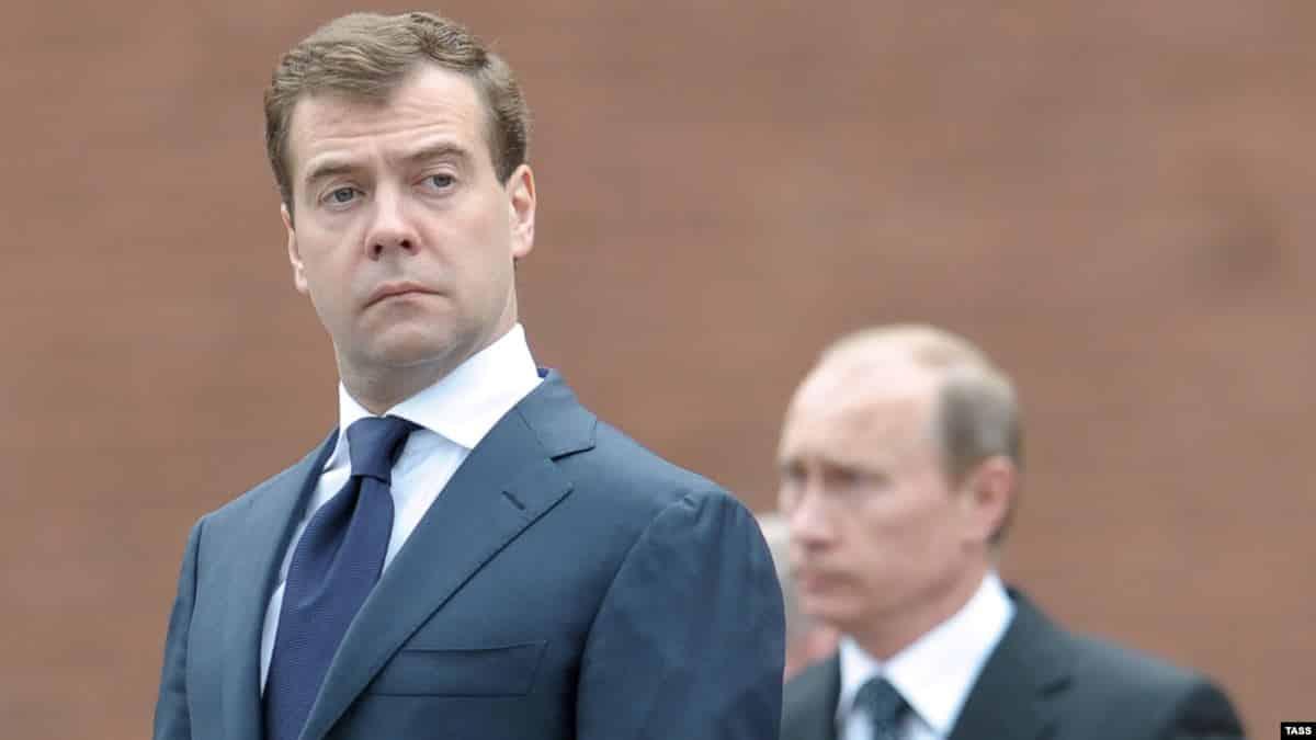 Медведев опять президент, а Путин премьер: вероятный сценарий смены власти