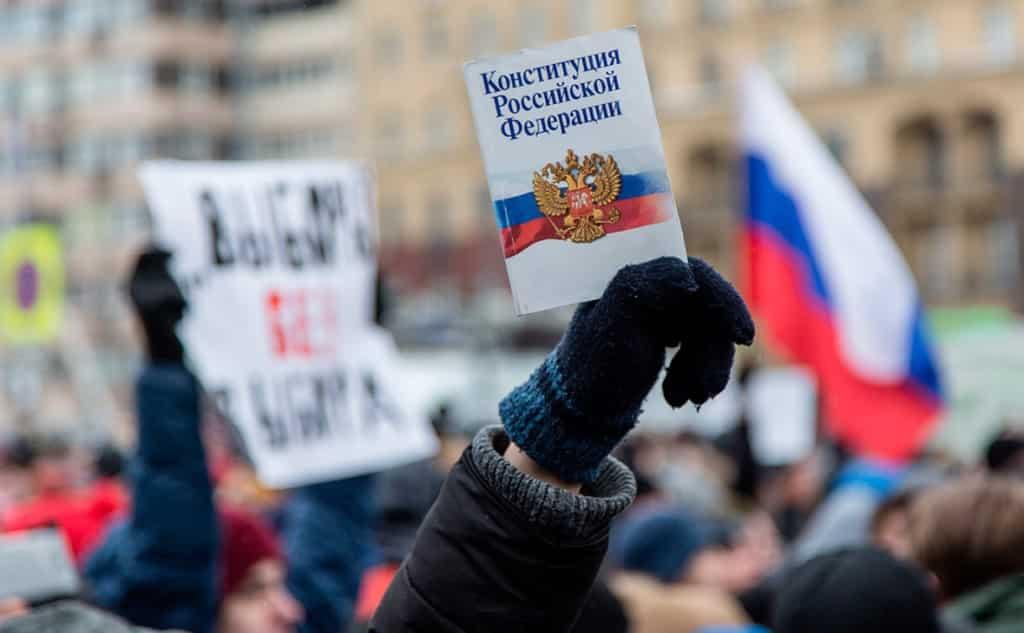 Все больше россиян считают, что Конституцию давно пора изменить