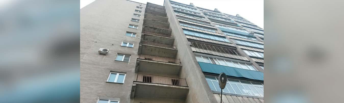 В Набережных Челнах девушка выпала из окна многоэтажки