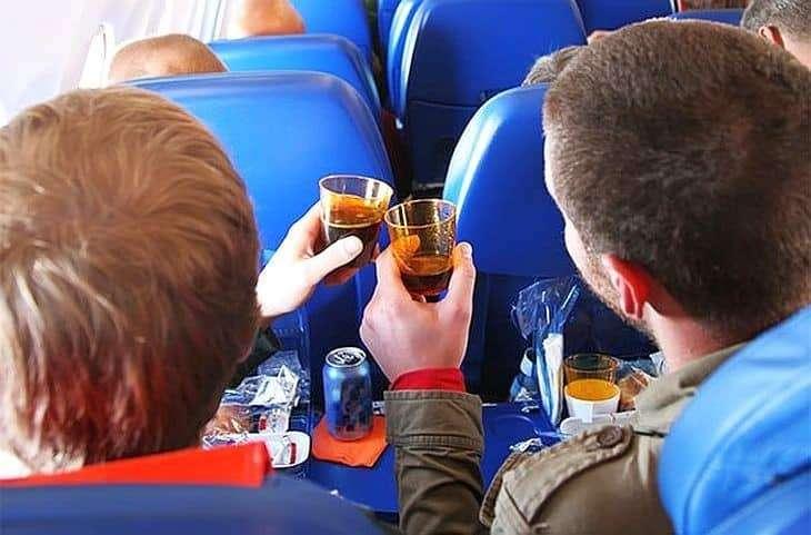 Для дебоширов в самолетах будут заранее заготовлены наручники