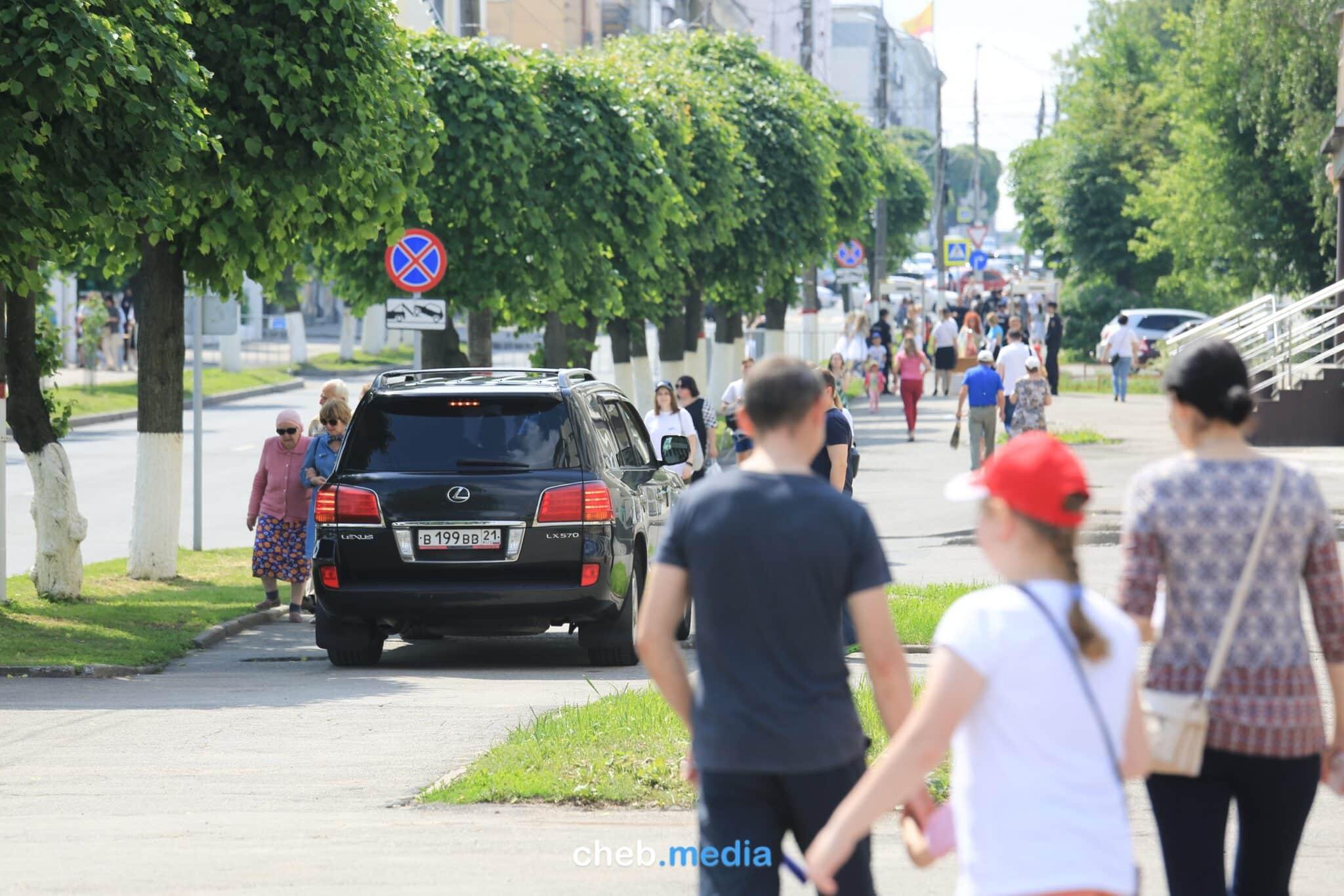Леонид Якубович на Лексусе едет по тротуару в Чебоксарах